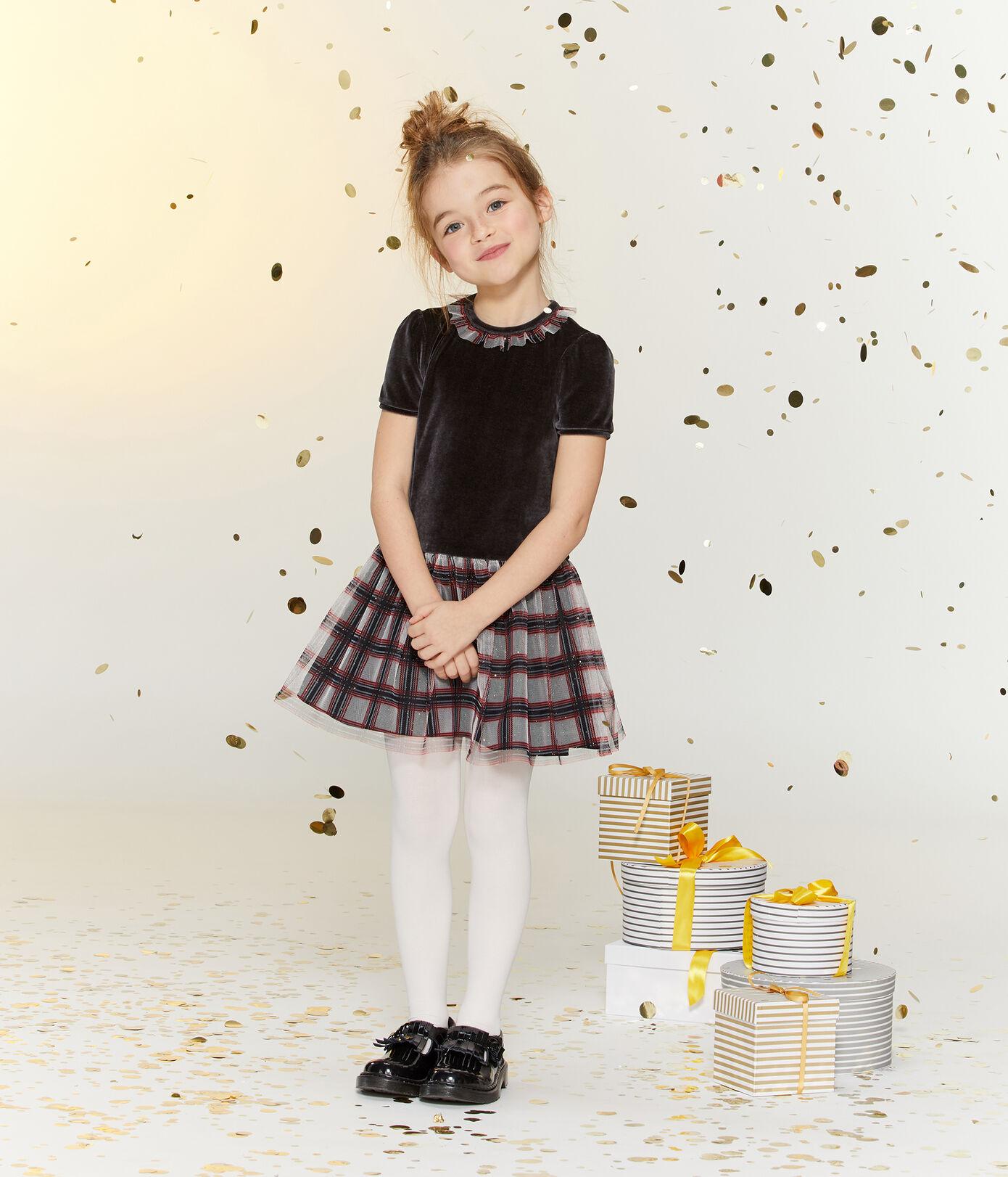 Petite fille dans une robe en tulle et en velours pour les fêtes de fin d'année